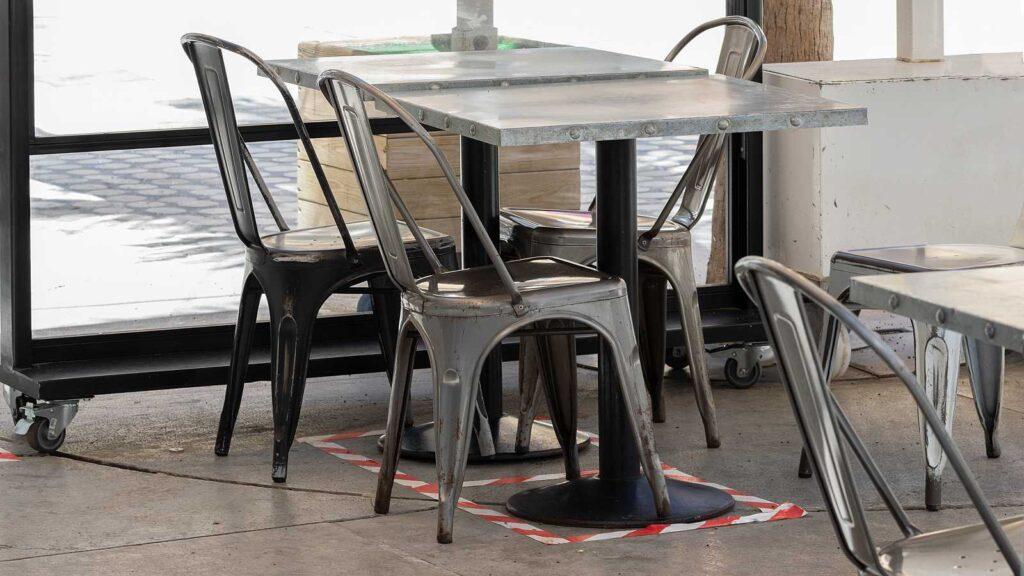 Mesa y sillas vacías en un bar.