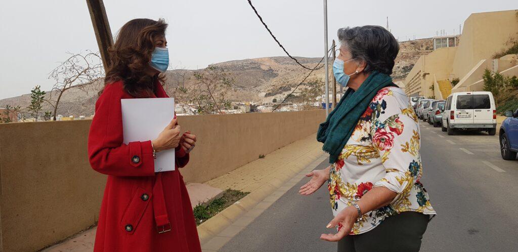 210303 Foto Carmen Aguila con vecina Mesón Gitano