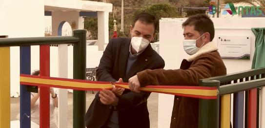 El alcalde de Antas corta de cinta para inaugurar el nuevo parque infantil