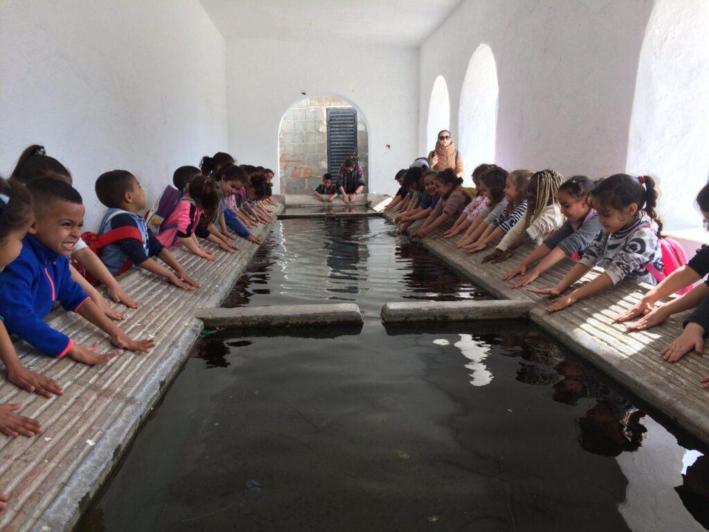 Escolares de Vícar en el lavadero del municipio