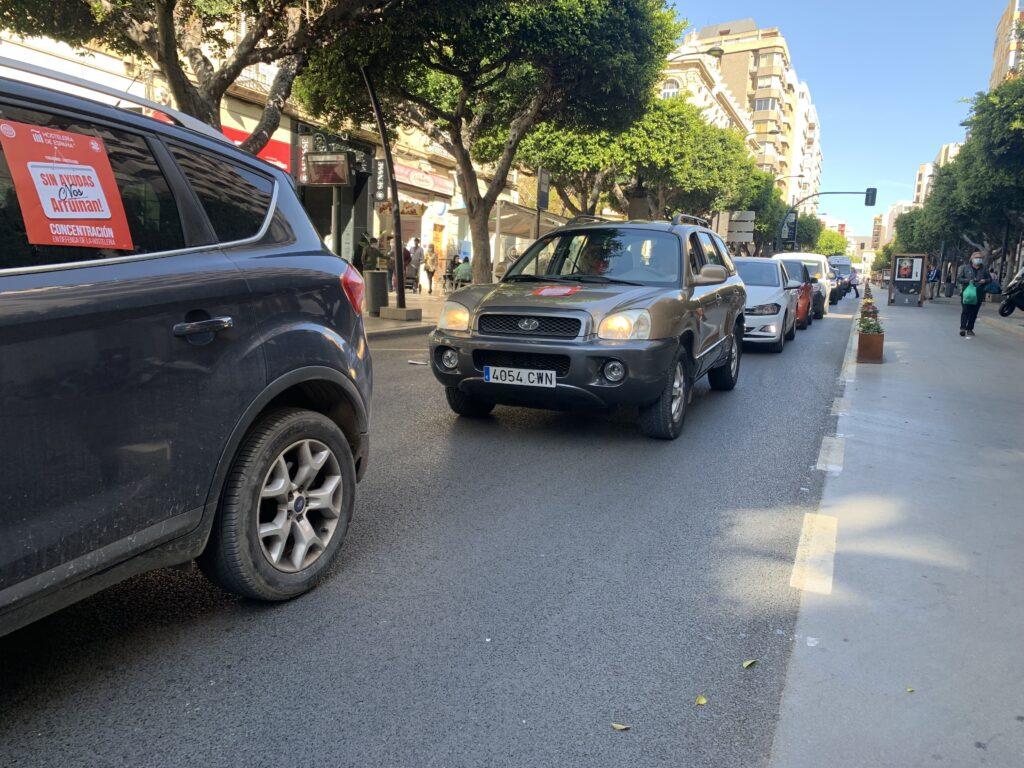 Caravana de coches a su paso por la Delegación del Gobierno de la Junta en Almería.
