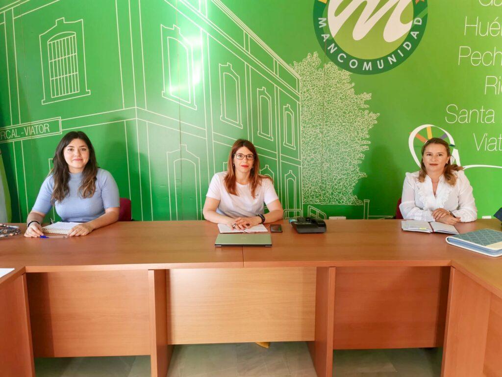 La presidenta de la Mancomunidad flanqueada por las dos trabajadoras del Centro de Información de la Mujer