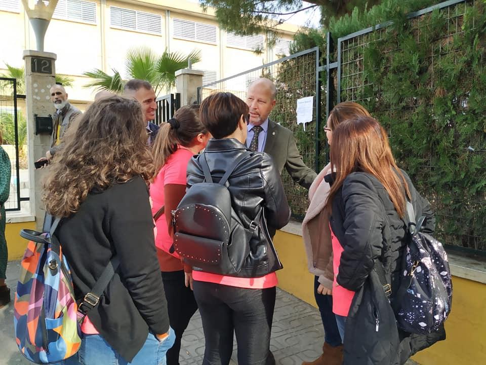 Profesoras de la Escuela Infantil Mar Mediterráneo expresan sus críticas al consejero Imbroda en una visita