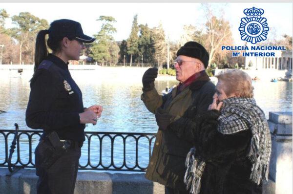 Agente con personas mayores.