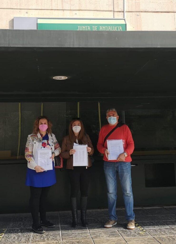 Representantes de las AMPA con las firmas, en Educación.
