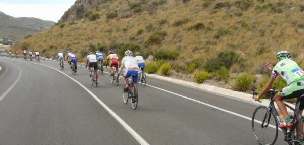 Ciclistas por una carretera de la provincia