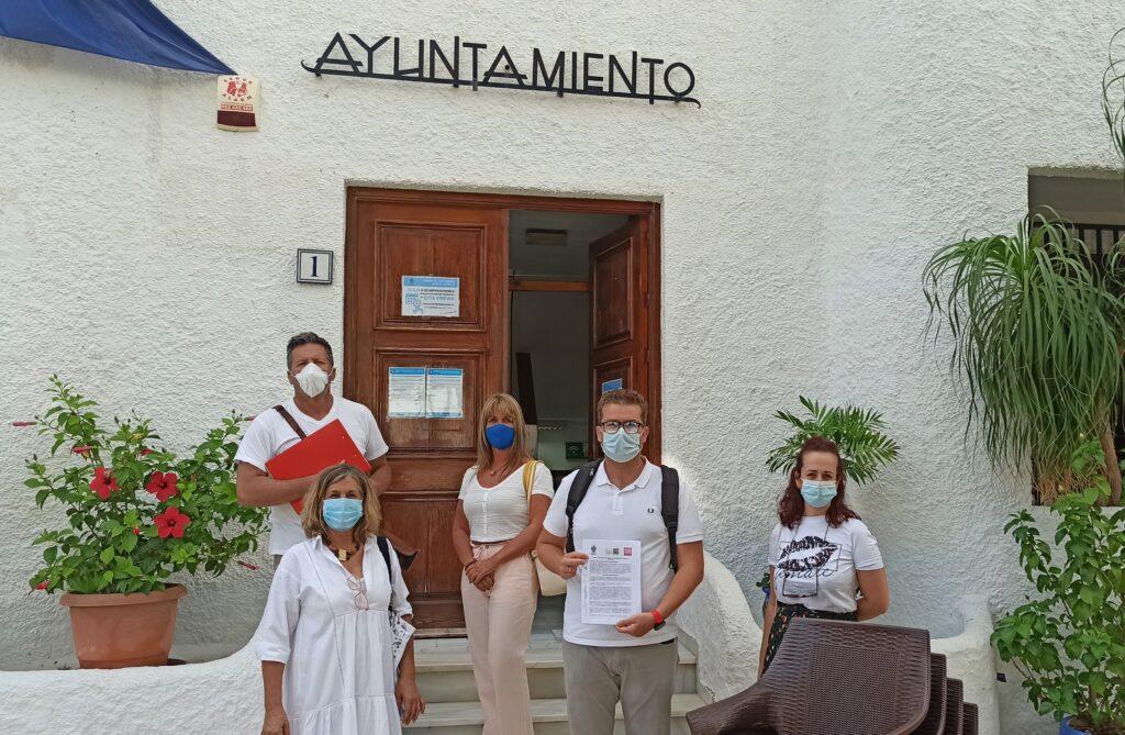 Manuel Zamora y el resto de concejales de PSOE-Somos Mojácar ante la puerta del Ayuntamiento