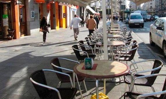 Terraza de un bar completamente vacía