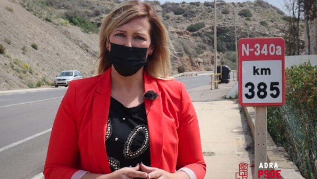 La portavoz socialista, Teresa Piqueras, en la N-340 a su paso por Adra