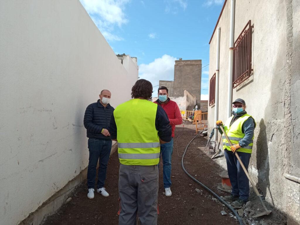 210415 Foto PSOE Antonio Martínez y José Díaz conversan con trabajadores del PFEA en Tabernas