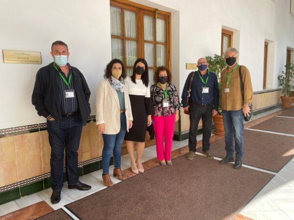 Trabajadores del albergue juvenil, junto a la diputada del PSOE Noemí Cruz