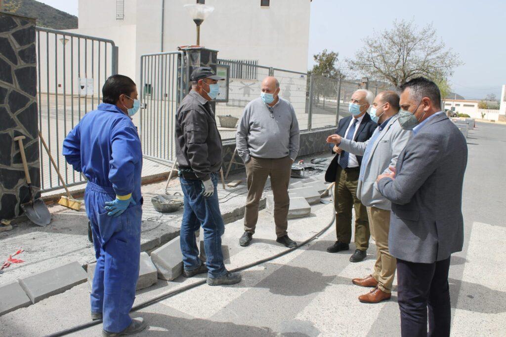 El alcalde de Fondón explica al subdelegado del Gobierno las obras
