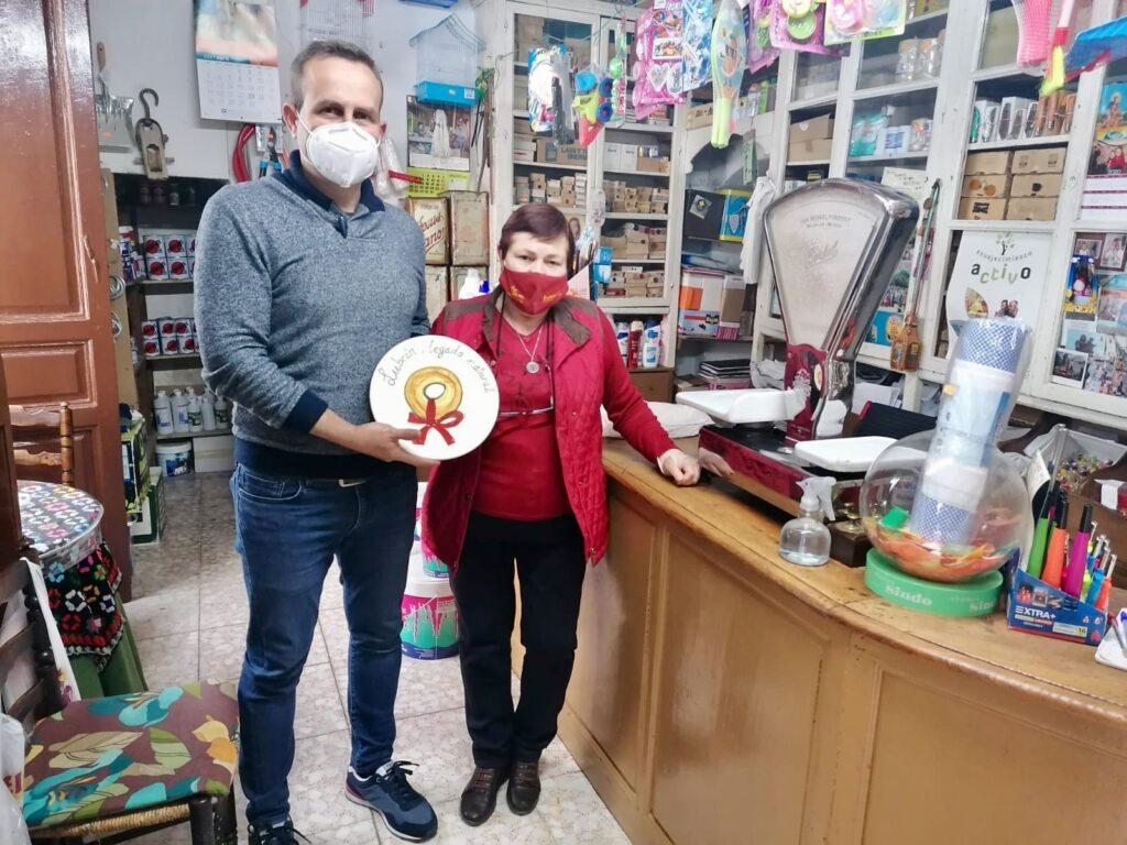 Entrega del distintivo a un comercio tradicional de Lubrín