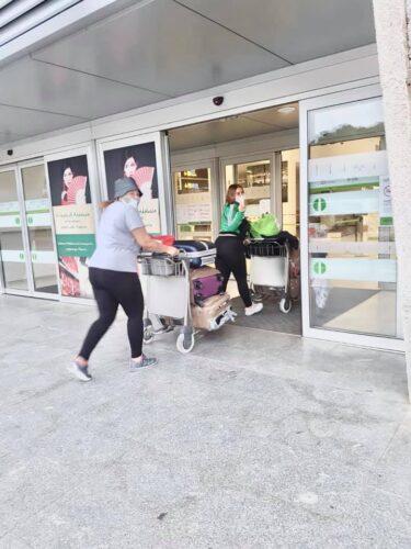 Pasajeras entran en el Aeropuerto de Almería