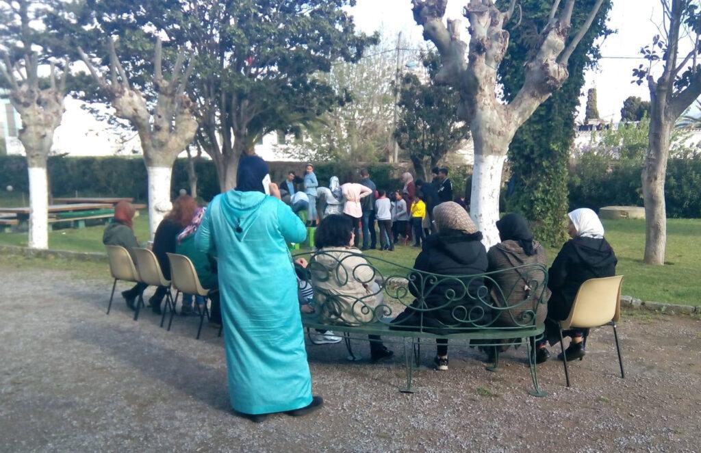 Personas migrantes en un parque