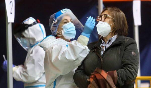 Una enfermera toma muestras para una PCR a una señora