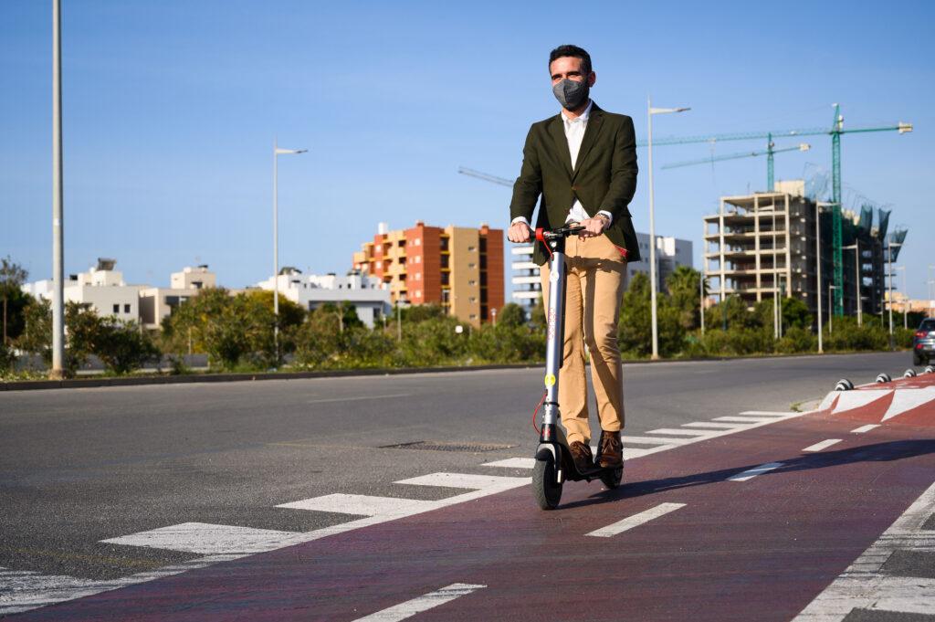 El alcalde de Almería en un patinete.