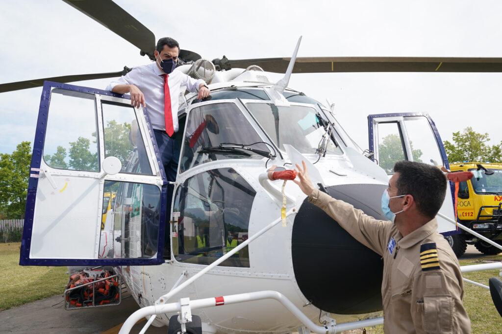 Moreno Bonilla, este miércoles, subiéndose a un helicóptero