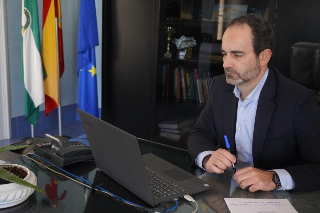 El alcalde de Carboneras en su despacho