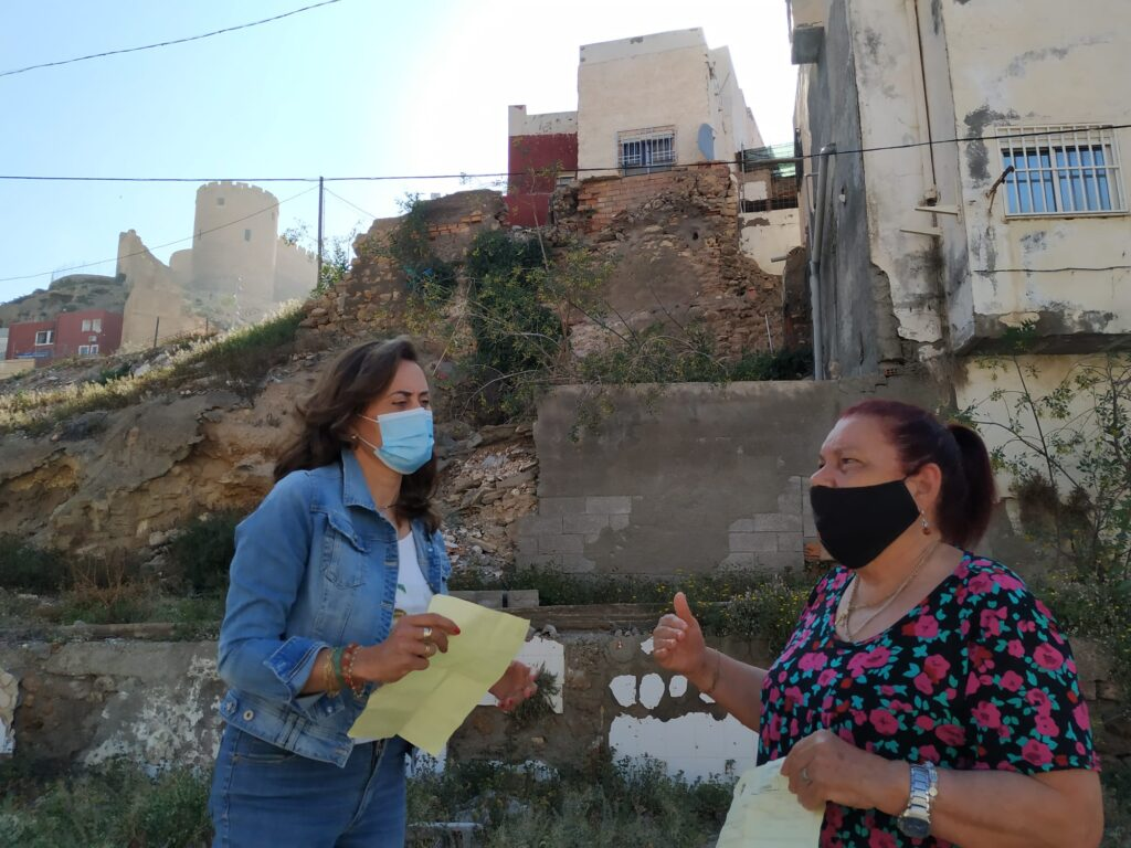 Carmen Aguilar y vecina afectada