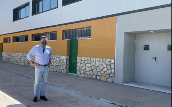 Diego Castaño junto al gimnasio municipal, en obras.