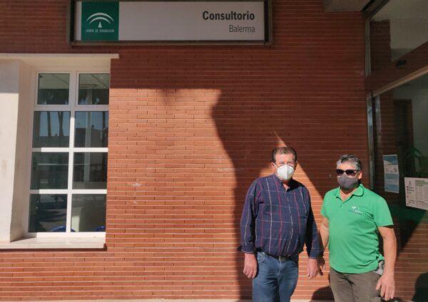José Miguel Alarcón y Miguel Suárez a la entrada del Consultorio de Balerma
