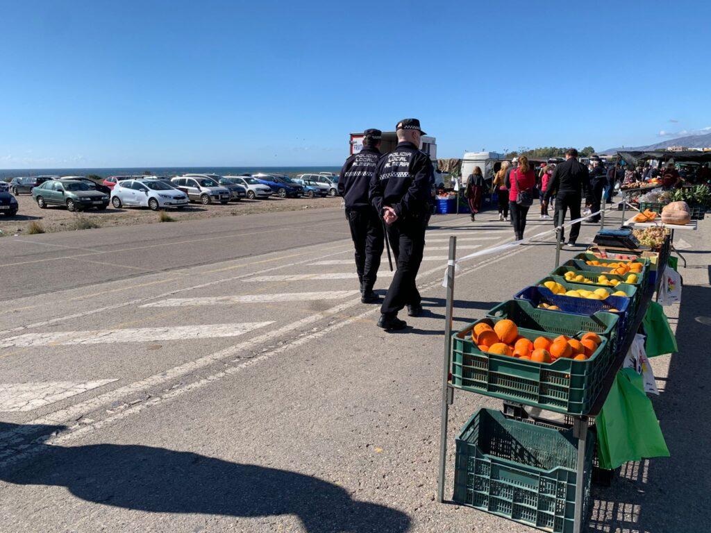 Policía en el mercadillo de El Alquián.