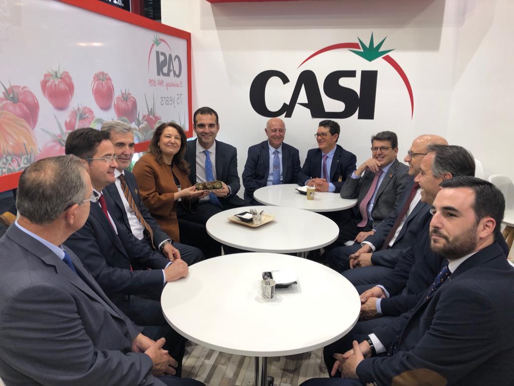 Carmen Crespo junto al alcalde de Almería, el diputado nacional Juan José Matarí y representantes del PP, en la feria de Berlín