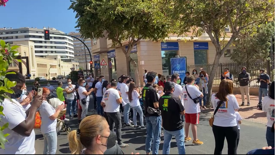 Feriantes a las puertas de Alcaldía en Almería