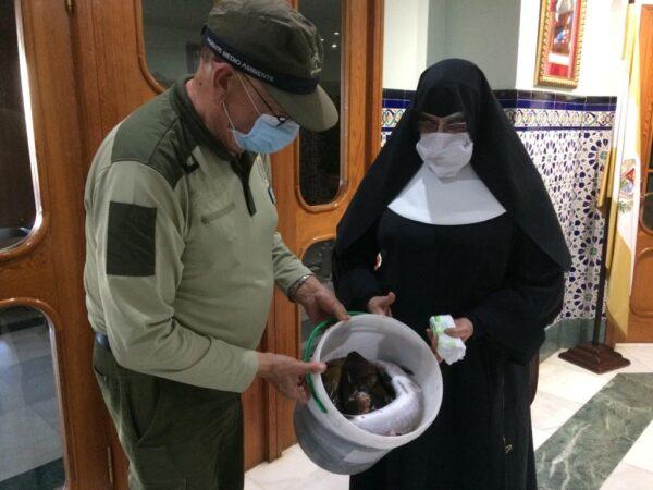 Entrega del material a las monjas.