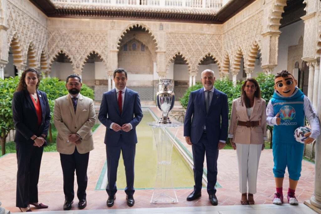 El presidente andaluz, el pasado martes, en Sevilla, en un acto con el trofeo de la Eurocopa