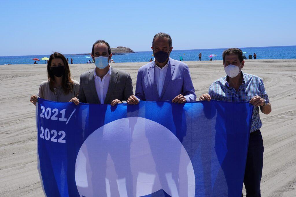 Foto alcalde, concejales y delegado Turismo con Bandera Azul OK