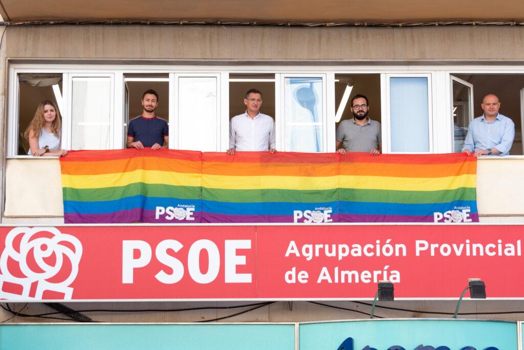 Bandera LGTBI desplegada en la sede provincial del PSOE
