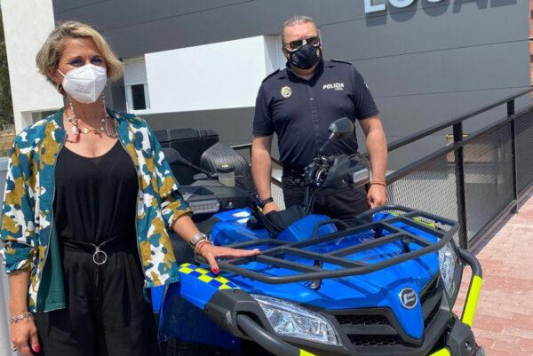 La edil Isabel María Haro hizo entrega de los quads a la Policía Local