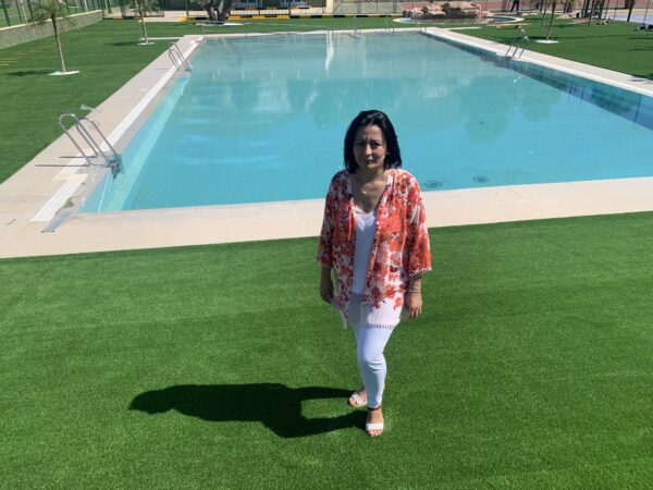 Puri Sánchez, alcaldesa de Cantoria, en la piscina pública