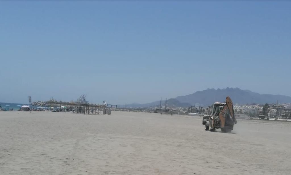 Máquinas trabajando en las playas de Vera