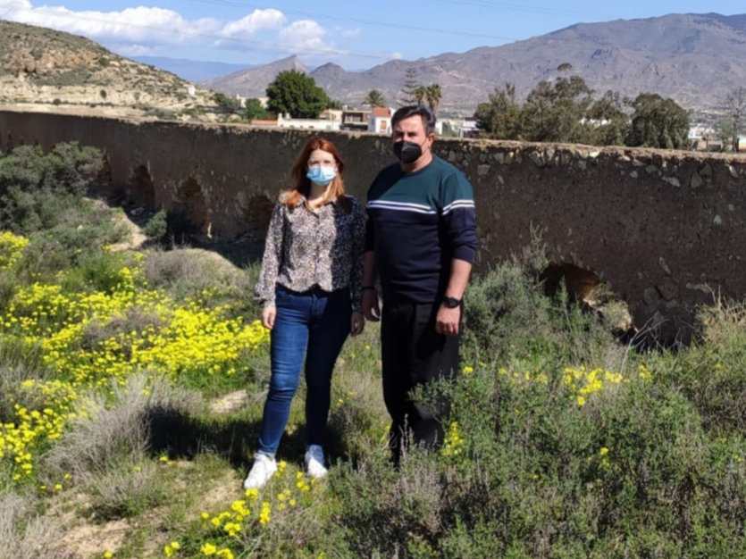 Castillo y Rafael Gómez, concejales socialistas en una visita reciente al acueducto