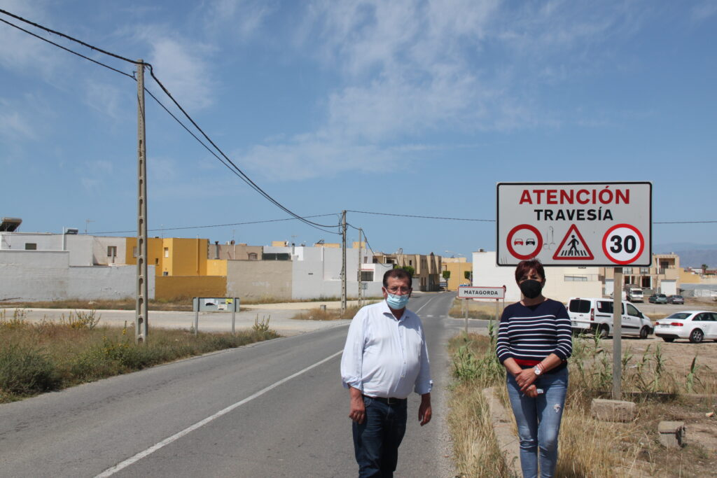 210730 Maribel Carrión y José Miguel Alarcón junto a la vía ubicada en Matagorda
