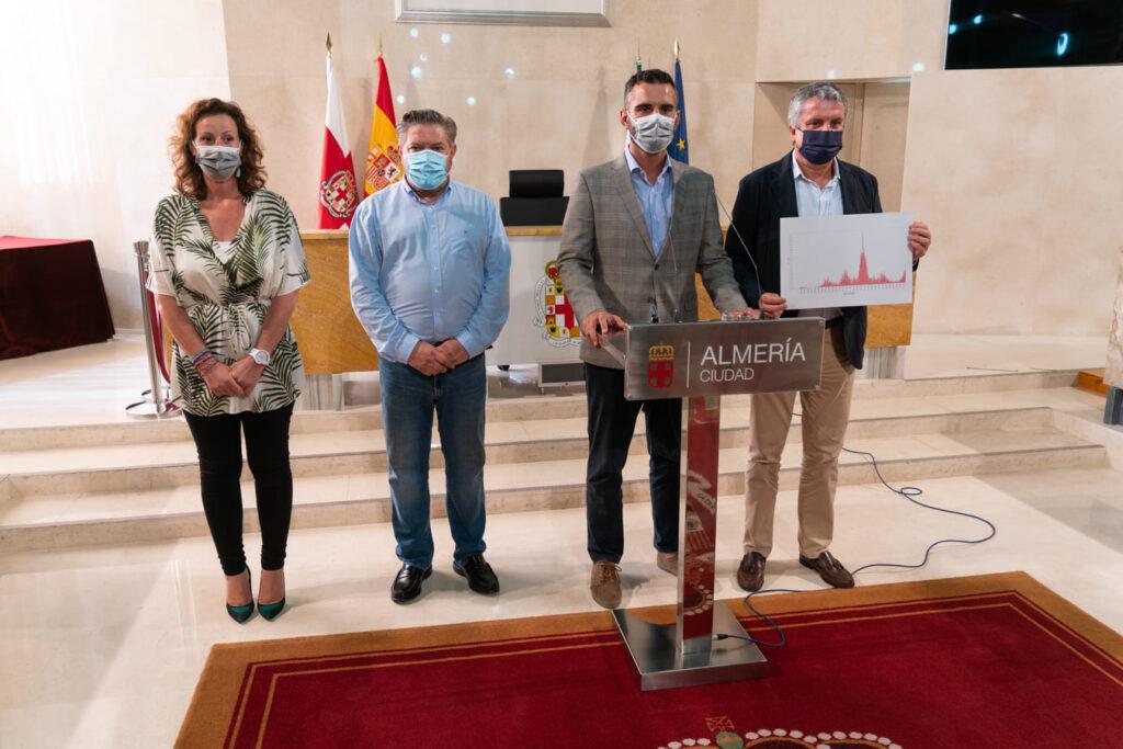El alcalde Pacheco junto al delegado de Salud comunican la suspensión de la feria