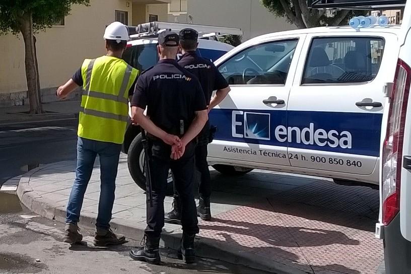 Policía junto a operario de Endesa
