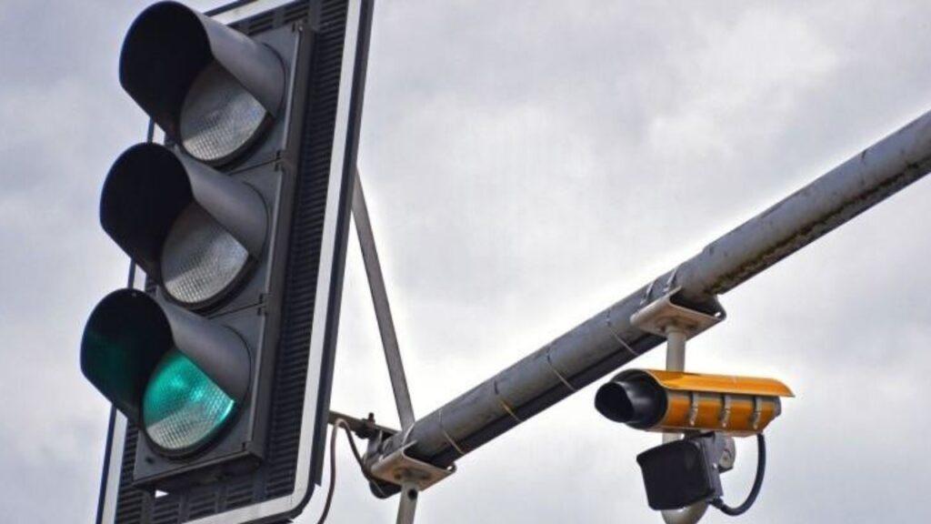 Un semáforo con cámara