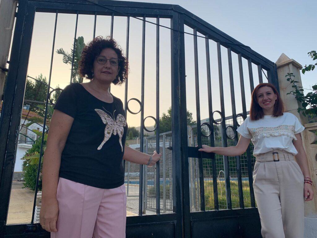 Foto PSOE María Angeles Guzmán y Angela Urrutia a las puertas de la piscina municipal de Canjáyar