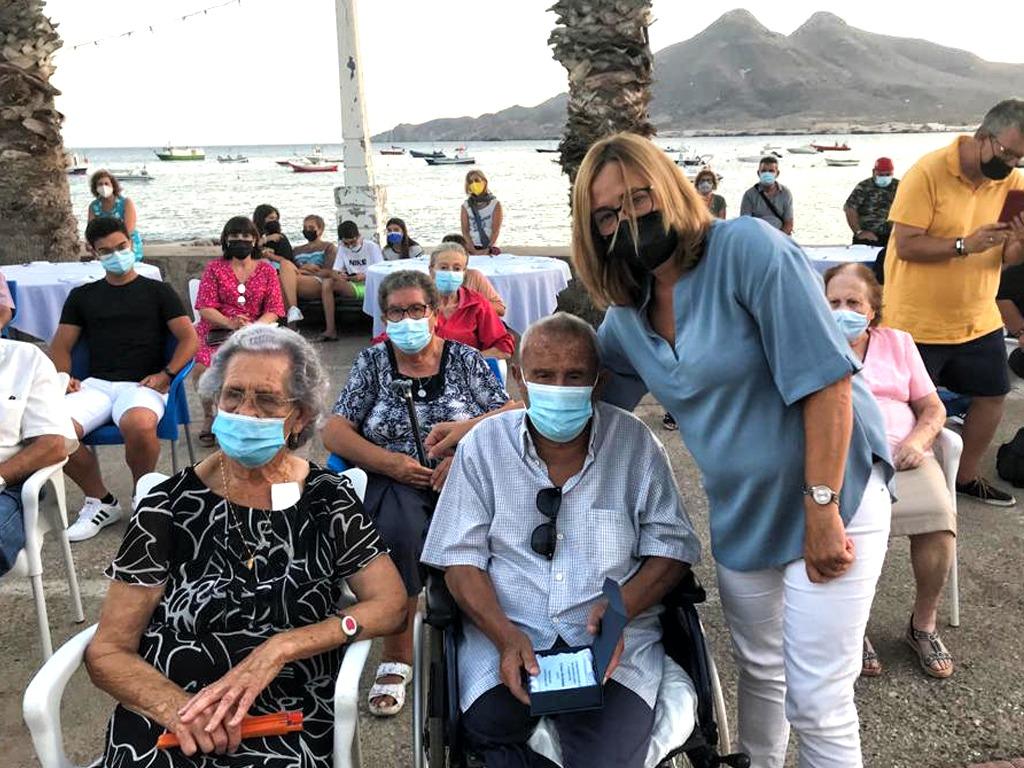 La alcaldesa Esperanza Pérez con los mayores
