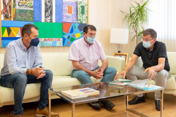 José Luis Sánchez Teruel, a la derecha, conversa con Juan Carlos Pérez Navas y Martín Gerez