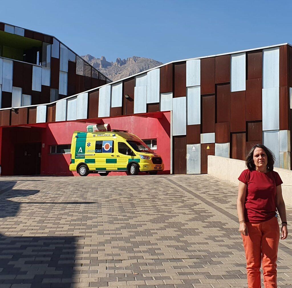 210930 Foto La portavoz del PSOE de Vélez-Rubio, María Pérez junto al centro de Salud