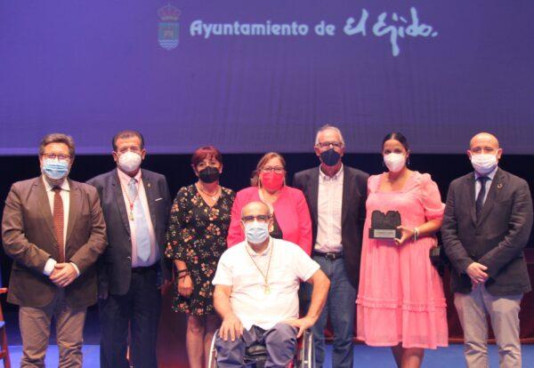 Concejales del PSOE de El Ejido junto al parlamentario y senador socialista y una de las premiadas