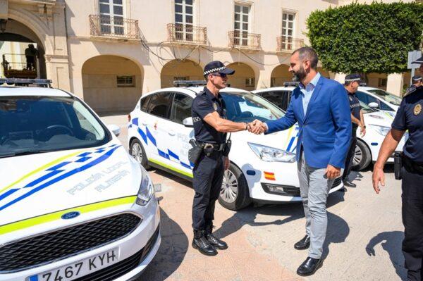 El alcalde saluda a agentes de la Policía Local de Almería