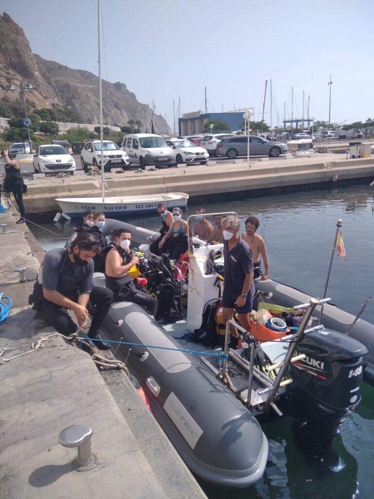 Participantes en la limpieza del mar de Roquetas