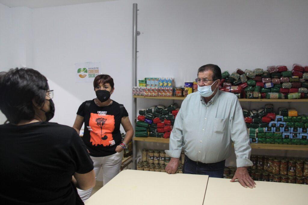 Maribel Carrión y José Miguel Alarcón durante su visita a la Asociación Pro Comedor Social
