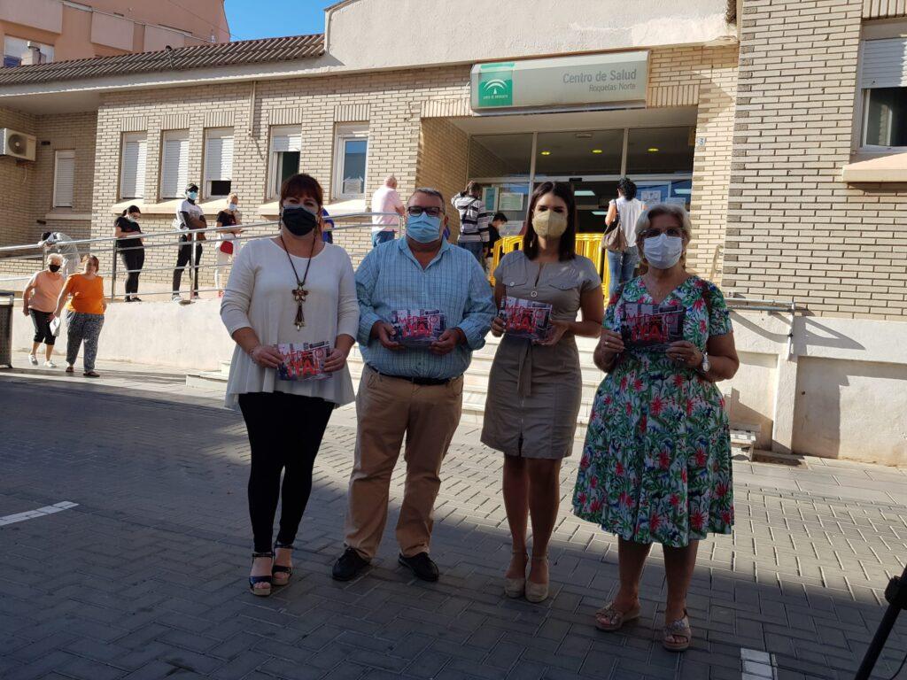 Representantes socialistas junto al centro de salud de Roquetas Norte